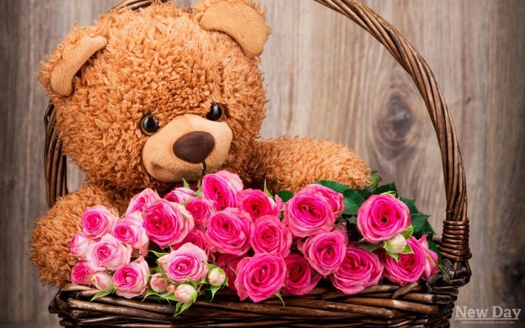 Открытка медвежонок с розой, надписью люблю гену